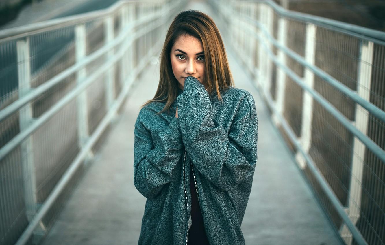 Фото обои взгляд, девушка, мост, поза, портрет, макияж, куртка, прическа, шатенка, боке, Lizard Fotografías
