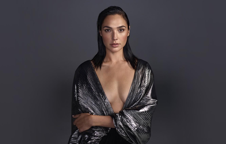 Фото обои взгляд, секси, поза, фон, модель, портрет, макияж, актриса, брюнетка, прическа, красотка, Gal Gadot