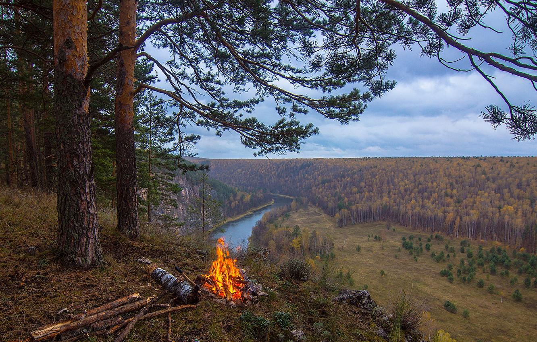 Фото обои лес, небо, трава, облака, река, костер, сосна, туристы, возвышенность