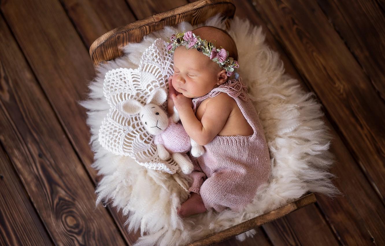 Фото обои игрушка, доски, сон, кролик, девочка, венок, младенец, кроватка, спящая