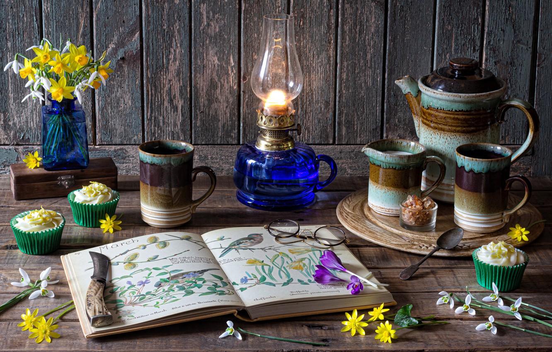 Фото обои цветы, доски, лампа, очки, подснежники, нож, крокусы, чашки, книга, натюрморт, десерт, нарциссы, кофейник, молочник