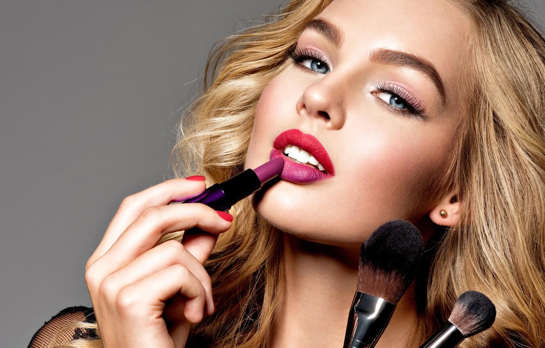 Фото обои взгляд, лицо, стиль, портрет, макияж, помада, блондинка, жест, model, кисточки, makeup