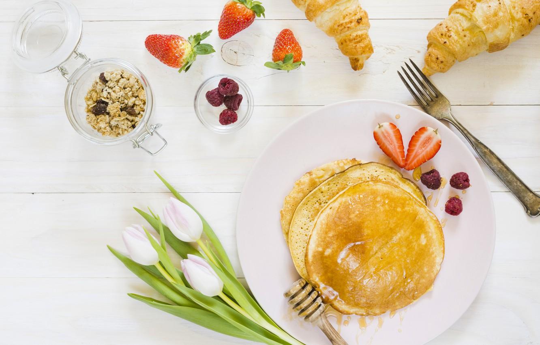 Фото обои ягоды, еда, завтрак, клубника, тюльпаны, блинчики, мюсли