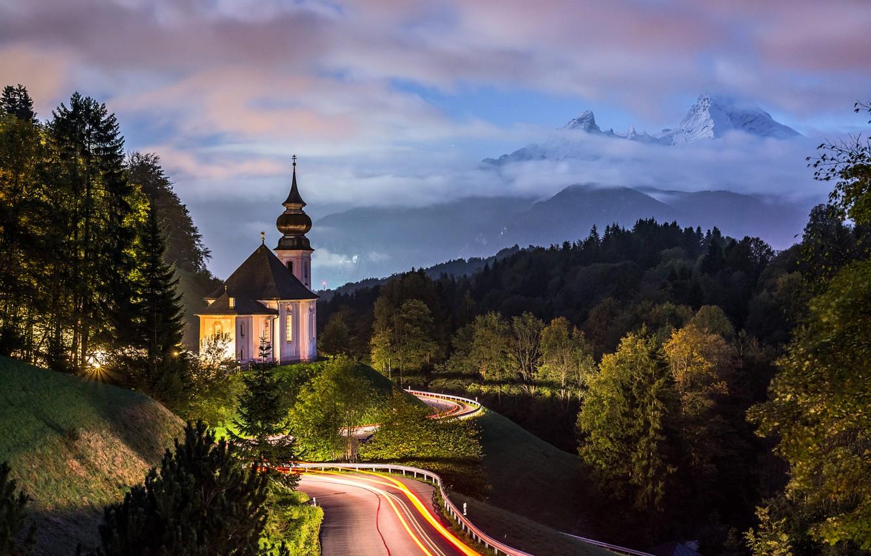 Фото обои дорога, облака, деревья, пейзаж, горы, природа, вечер, Германия, Бавария, освещение, Альпы, церковь, леса, Berchtesgaden, Берхтесгаден, …