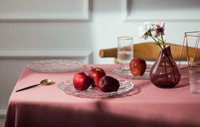 Фото обои стекло, свет, цветы, стол, яблоки, букет, ложка, посуда, красные, ваза, композиция, подача, сервировка, гвоздики