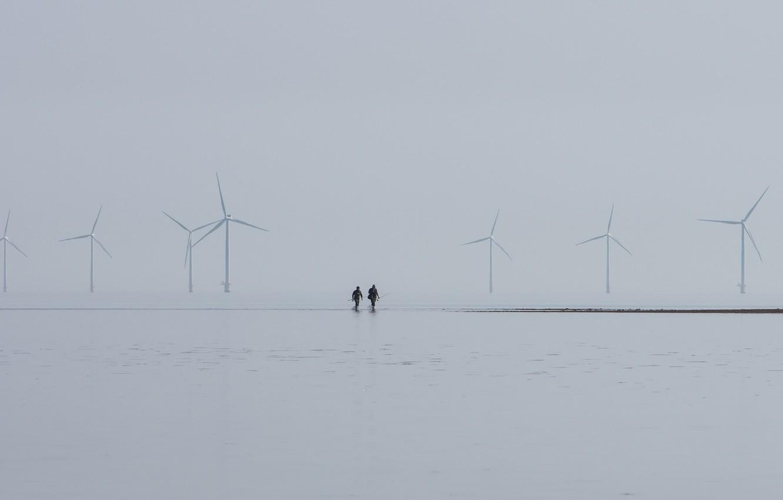 Фото обои море, туман, ветряки, рыбаки