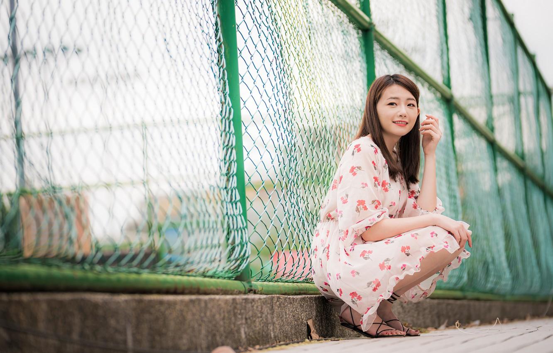 Фото обои поза, улыбка, модель, забор, портрет, макияж, платье, прическа, шатенка, ножки, азиатка, тротуар, сидит, боке, босоножки, …