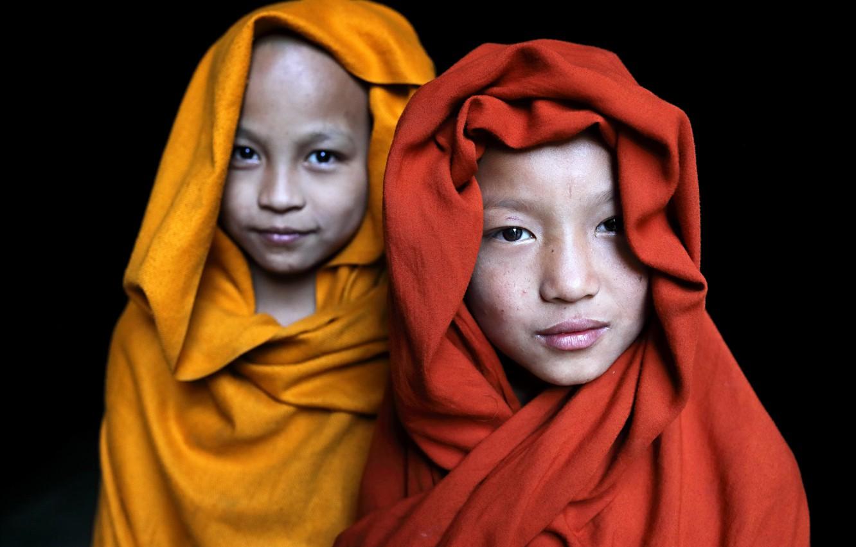 Фото обои buddha, monastery, portraits, buddhism, religion, myanmar, Two monks in Satay