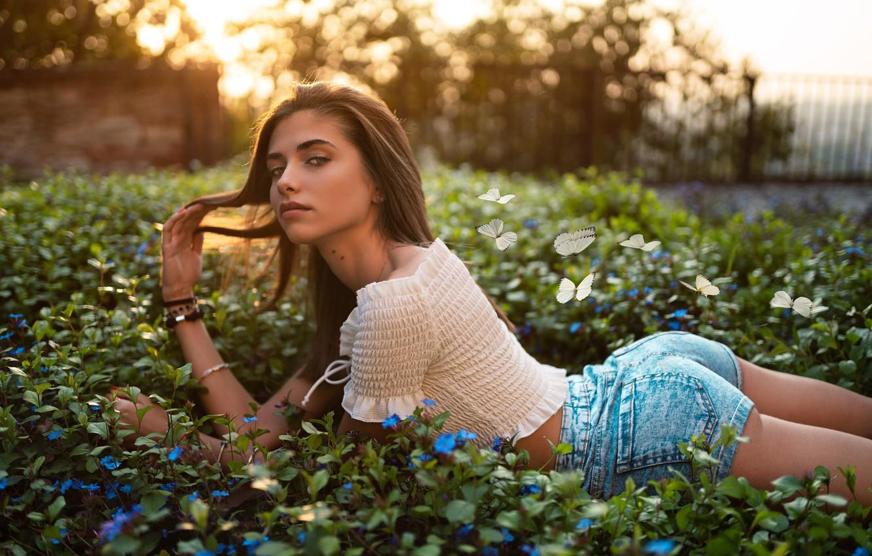 Фото обои попа, взгляд, бабочки, шорты, Девушка, лежит, ножки, цветочки, Giorgia, Marco Squassina