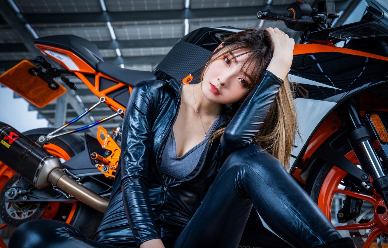 Фото обои взгляд, поза, модель, портрет, макияж, ангар, прическа, костюм, мотоцикл, шатенка, байк, азиатка, сидит, на полу