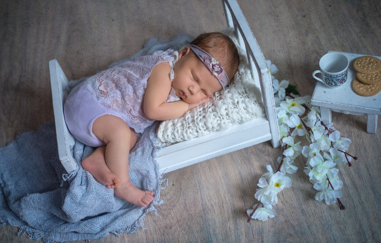 Фото обои цветы, ветки, сон, печенье, чашка, столик, ребёнок, младенец, кроватка, Наталья Михайлова