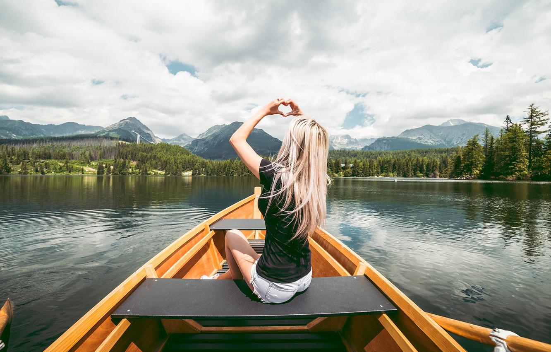 Фото обои лес, небо, девушка, горы, лодка, блондинка