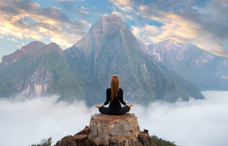 Фото обои девушка, облака, горы, релакс, медитация, йога, вершина, girl, mountains, clouds, поза лотоса, yoga, meditation, relaxation, …