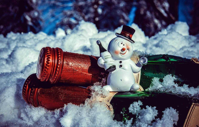 Фото обои снеговик, прикольный, пьяный, сувенир, тост, с праздником, сидя на шампанском