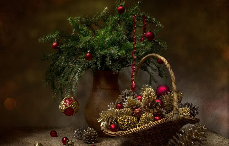 Фото обои шарики, ветки, праздник, шары, новый год, ель, ткань, ваза, натюрморт, корзинка, серпантин, шишки, мешковина, салфетка, …
