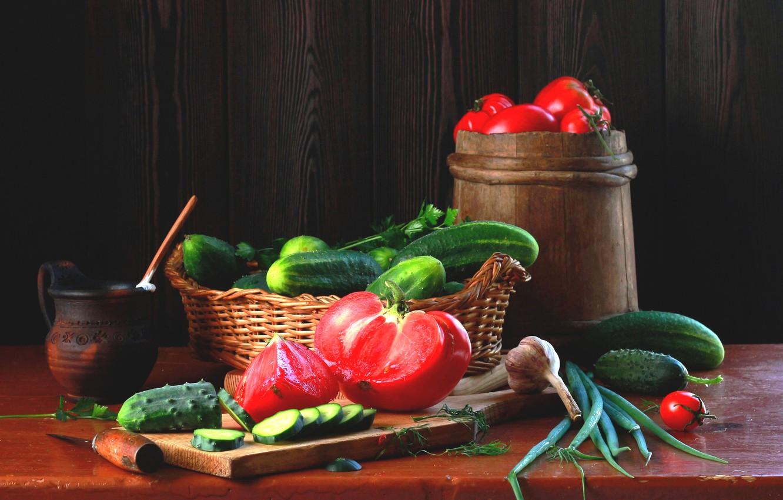 Фото обои лук, доска, натюрморт, корзинка, овощи, помидоры, огурцы, чеснок, кадушка, Наталья Казанцева