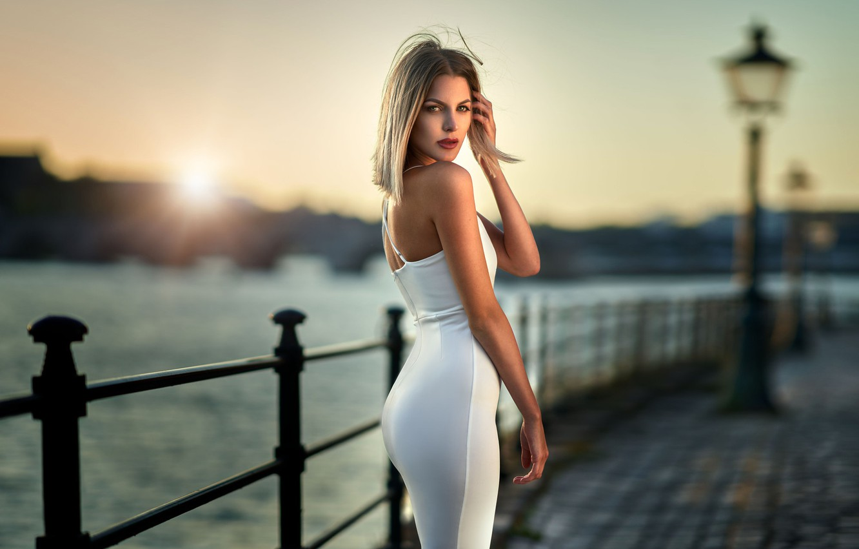 Фото обои взгляд, солнце, поза, река, модель, портрет, макияж, фигура, платье, прическа, блондинка, стоит, набережная, в белом, …
