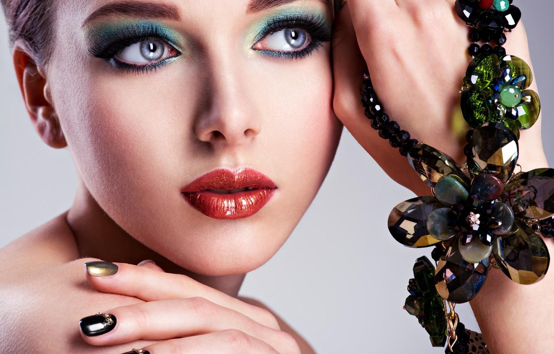 Фото обои девушка, лицо, стиль, руки, макияж, помада, украшение, губки, маникюр