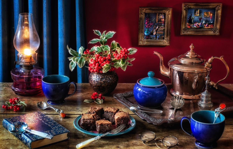 Фото обои стиль, ягоды, лампа, чайник, очки, картины, книга, пирожное, кружки, вилка, натюрморт, сахарница, боярышник, брауни