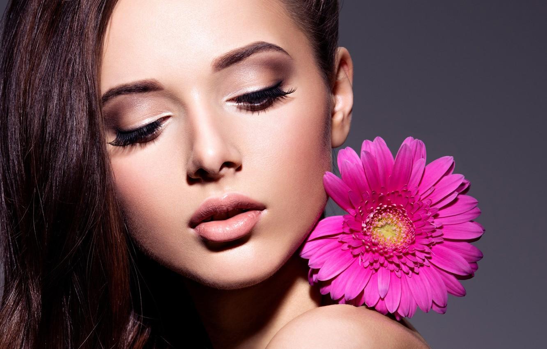 Фото обои цветок, лицо, фон, портрет, макияж, прическа, шатенка, красотка, плечо, гербер