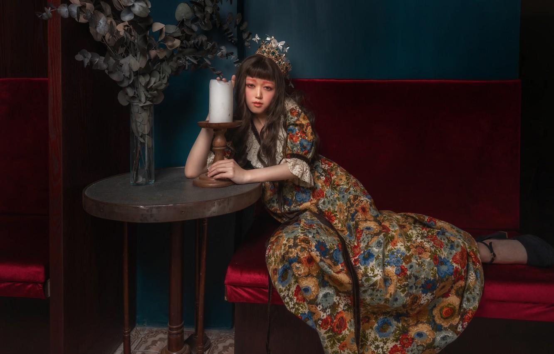 Фото обои девушка, поза, стиль, свеча, корона, макияж, платье, азиатка, столик