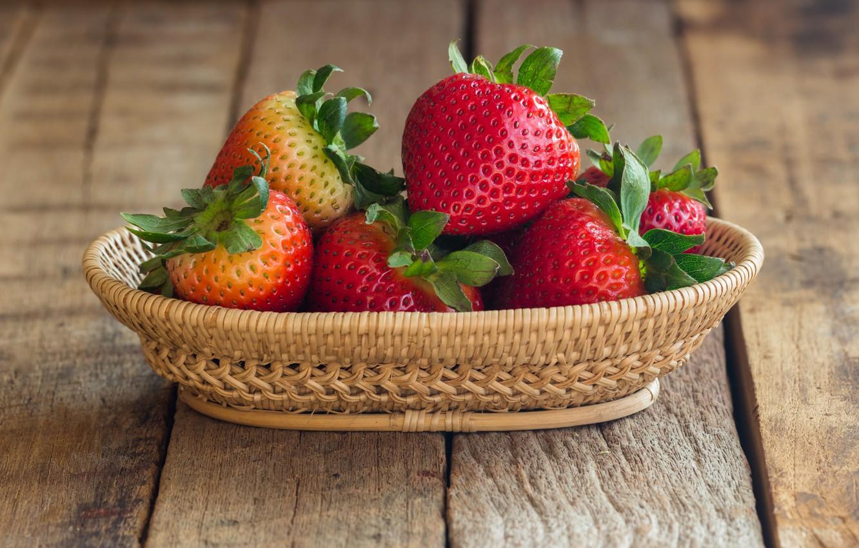 Фото обои ягоды, клубника, красные, корзинка, fresh, wood, спелая, sweet, strawberry, berries, busket