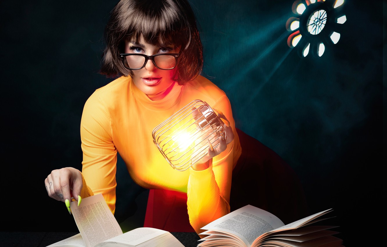 Фото обои взгляд, девушка, книги, лампа, очки, маникюр