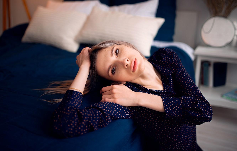 Фото обои девушка, поза, кровать, подушки, блузка, шатенка, Николай Брехов