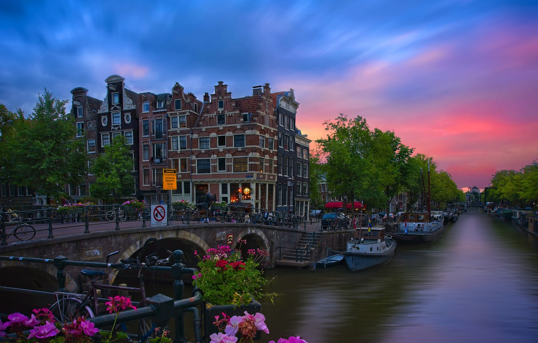 Фото обои закат, цветы, мост, город, здания, дома, Амстердам, канал, Нидерланды, Голландия, лолки, Вrouwersgracht