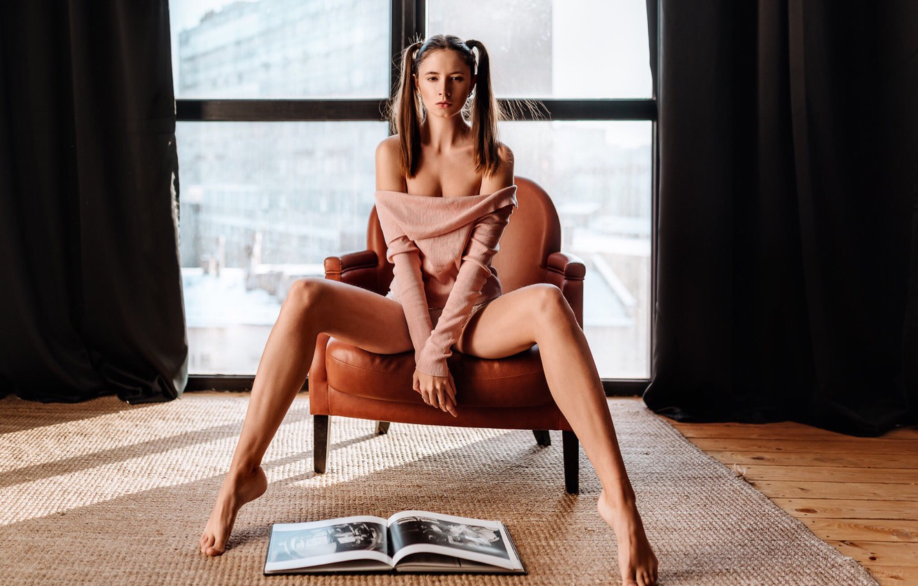 Фото обои legs, brown hair, breast, photo, photographer, barefoot, model, lips, face, brunette, book, armchair, chest, sitting, …
