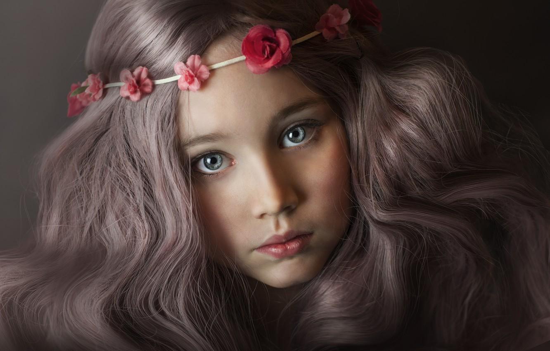 Фото обои глаза, взгляд, цветы, крупный план, лицо, темный фон, волосы, ребенок, портрет, голубые, девочка, шатенка, серые, …