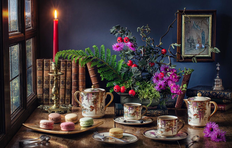 Фото обои цветы, стол, книги, свеча, картина, окно, чаепитие, чашки, посуда, натюрморт, пирожные