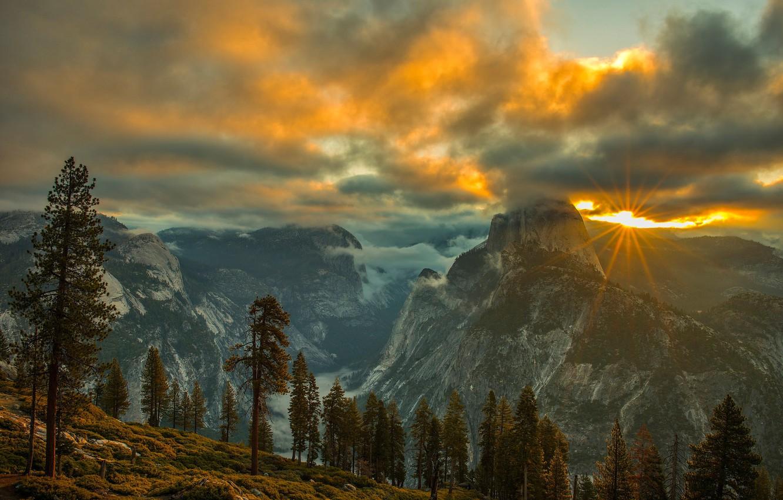 Фото обои осень, лес, небо, солнце, облака, лучи, свет, деревья, пейзаж, закат, горы, туман, скалы, вершины, вид, …