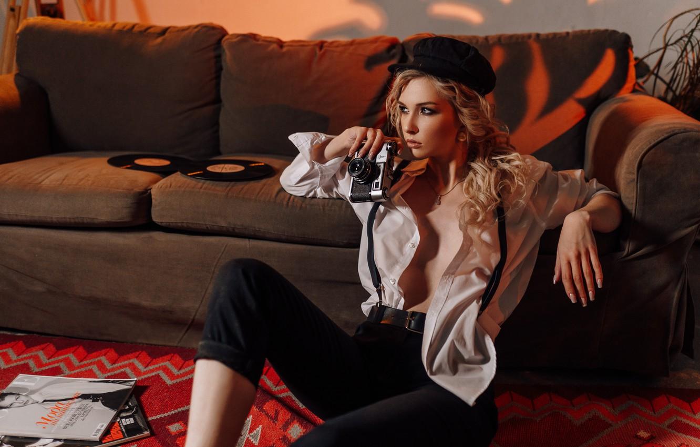 Фото обои девушка, поза, фотоаппарат, блондинка, фуражка, локоны, Анастасия Горохова, Антон Сваровский