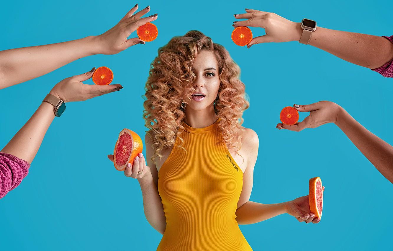 Фото обои взгляд, секси, поза, модель, портрет, руки, макияж, фигура, платье, прическа, фрукты, красотка, стоит, кудри, в …