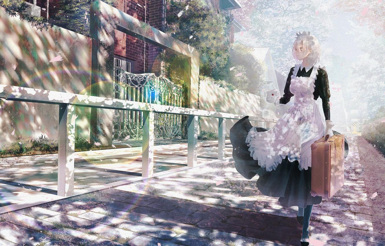 Фото обои письмо, ограда, ворота, чемодан, тротуар, униформа, солнечный день, горничная, служанка, городская улица