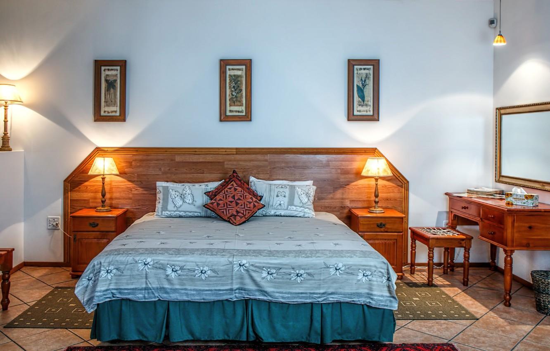 Фото обои лампы, комната, кровать, интерьер, постель, картины, спальня, тумбочки