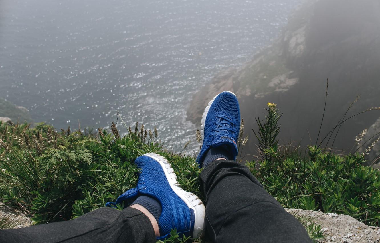 Фото обои море, скала, обрыв, океан, остров, sea, ocean, кроссовки, вид на море, на краю, sneakers