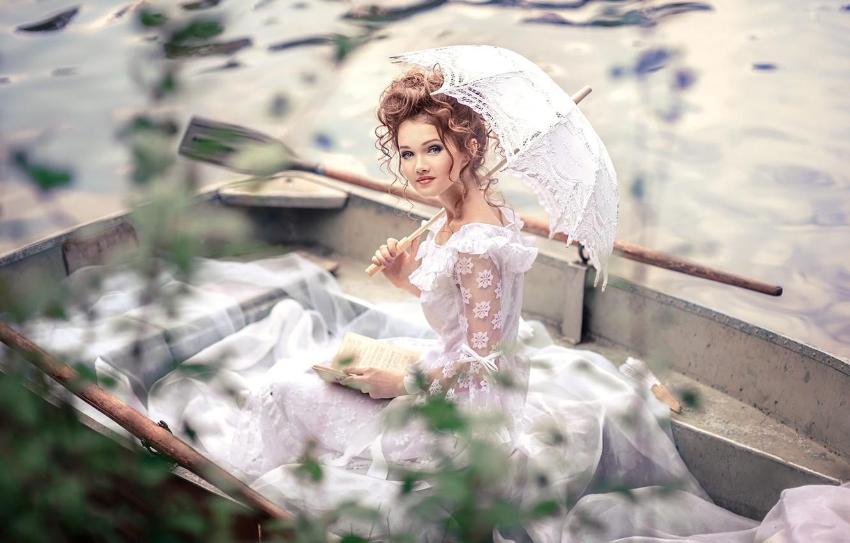 Фото обои белый, взгляд, вода, девушка, свет, лицо, стиль, ретро, река, зонтик, лодка, портрет, зонт, макияж, прическа, …