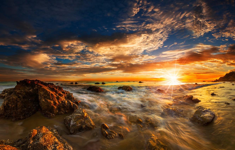 Фото обои море, пляж, небо, солнце, облака, лучи, камни, рассвет, побережье, горизонт, прибой, США, Malibu, El Matador ...