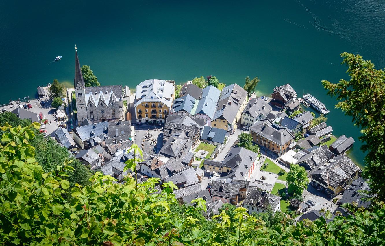 Фото обои зелень, город, озеро, листва, дома, Австрия, церковь, вид сверху, Hallstatt, Гальштат, Халльштатт