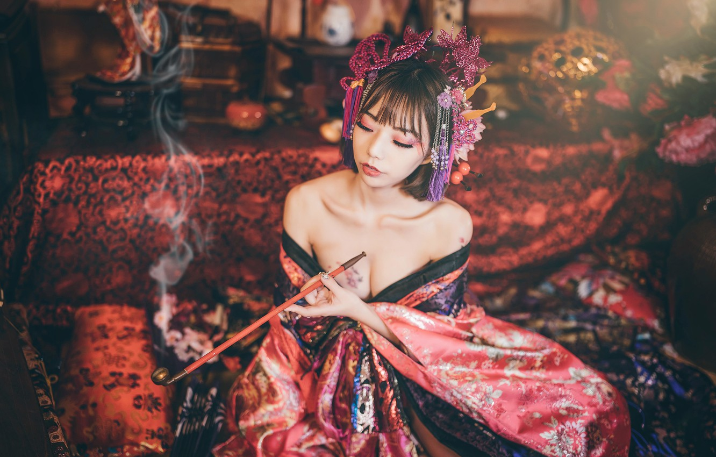 Фото обои грудь, девушка, украшения, стиль, диван, дым, интерьер, трубка, платье, покрывало, гейша, наряд, декольте, образ, кимоно, …
