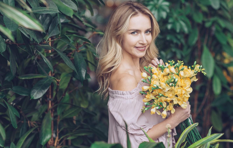Фото обои девушка, цветы, женщина, красота, букет, весна, блондинка, girl, woman, yellow, flowers, beautiful, spring, blond