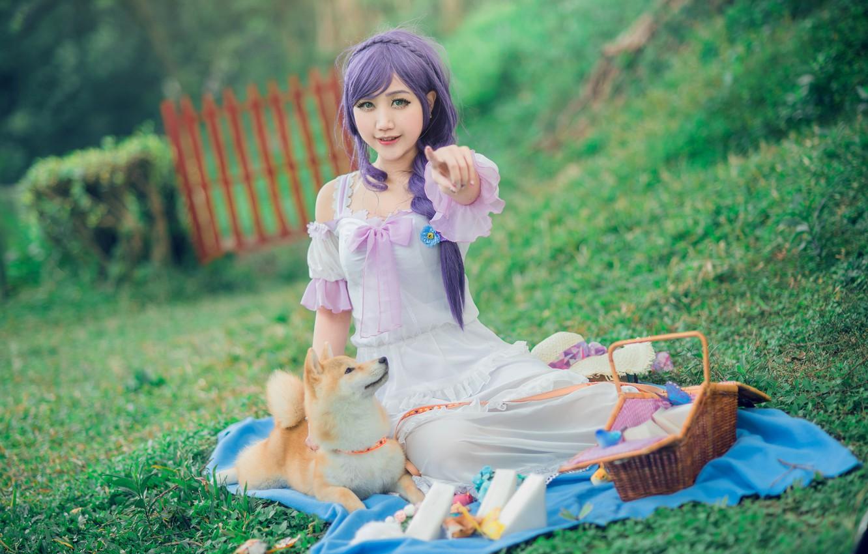 Фото обои зелень, лето, взгляд, девушка, природа, лицо, стиль, фон, настроение, белое, поляна, забор, еда, мило, собака, …