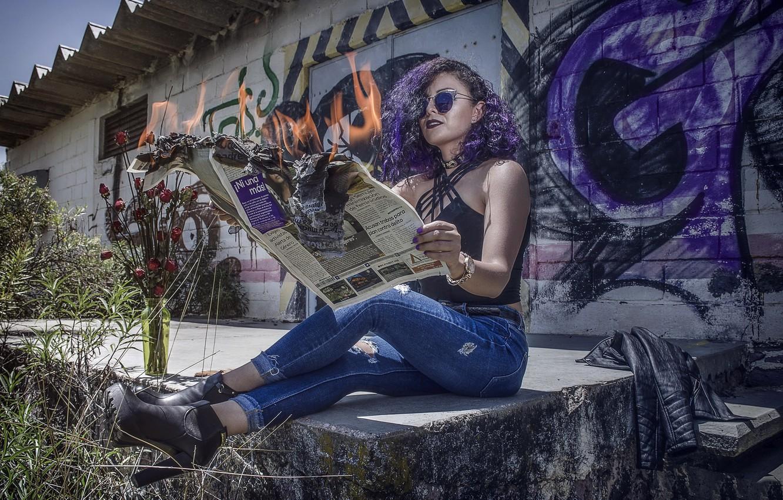 Фото обои девушка, огонь, газета