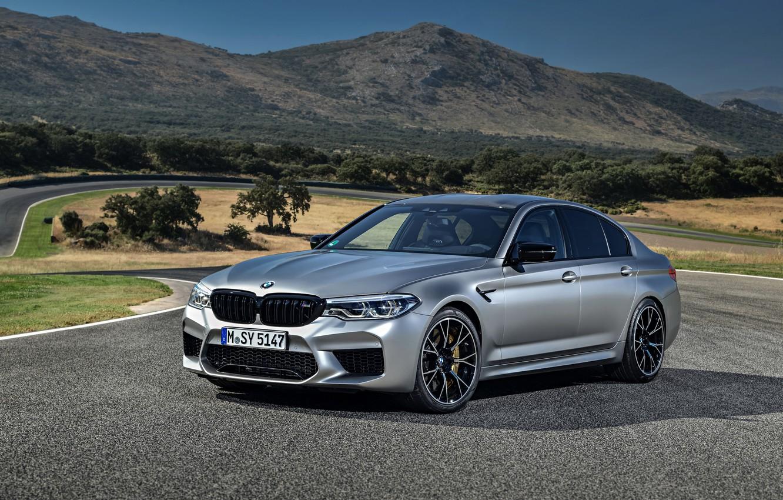 Фото обои серый, трасса, BMW, седан, рельеф, 4x4, 2018, четырёхдверный, M5, V8, F90, M5 Competition