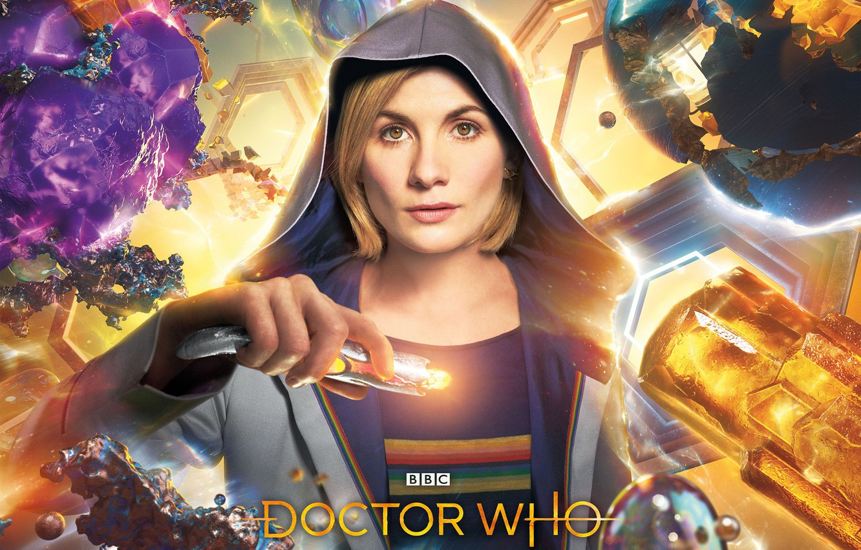 Фото обои взгляд, женщина, капюшон, Doctor Who, Доктор Кто, Jodie Whittaker, звуковая отвёртка, Джоди Уиттакер, Тринадцатый Доктор, …