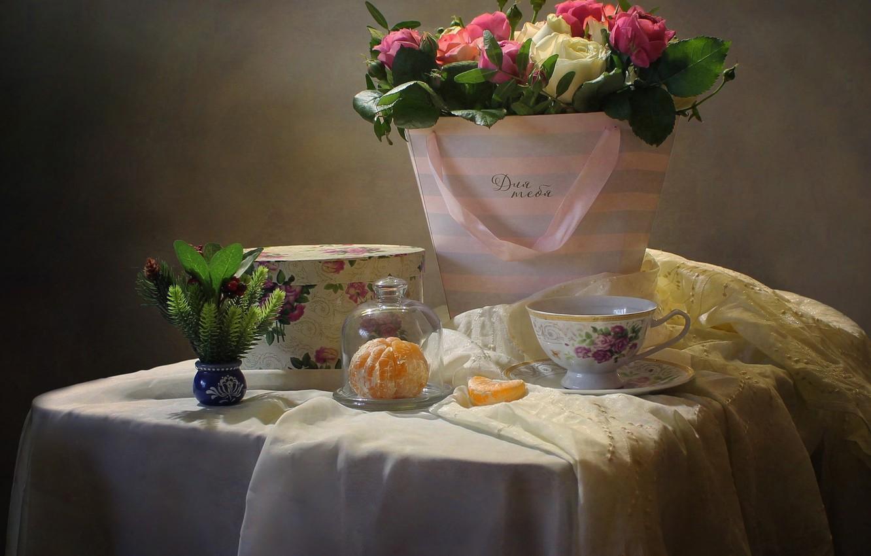 Фото обои цветы, стол, коробка, подарок, розы, долька, чашка, натюрморт, ткани, мандарин, Ковалёва Светлана, Светлана Ковалёва
