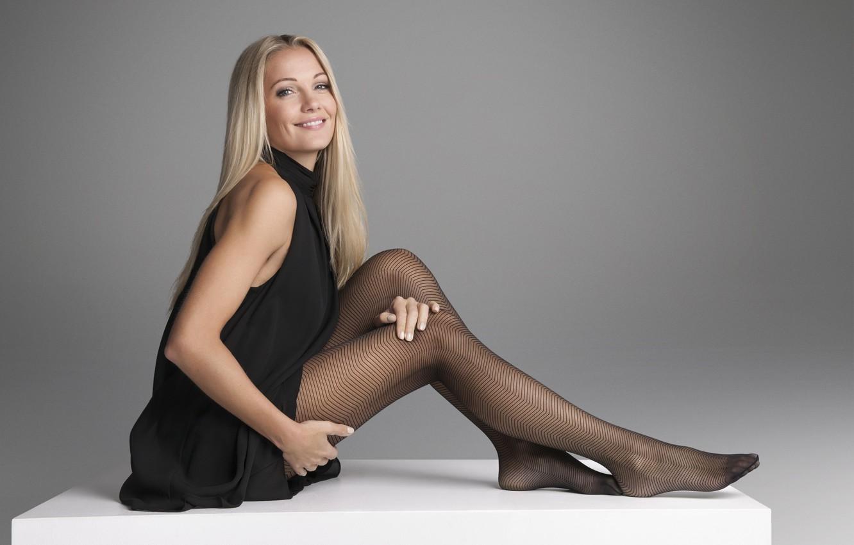 Фото обои девушка, улыбка, сетка, фигура, блондинка, колготки, ножки, красивая, сидит, Caroline Fleming