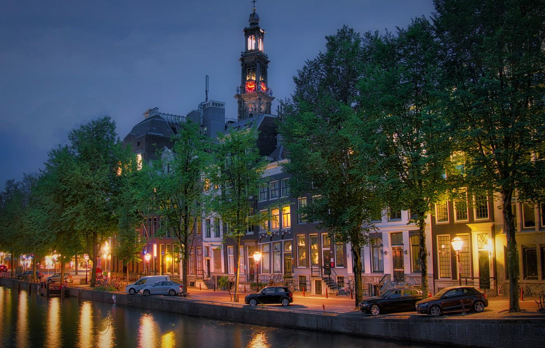 Фото обои деревья, машины, город, часы, башня, дома, вечер, освещение, Амстердам, фонари, канал, Нидерланды, набережная, Голландия